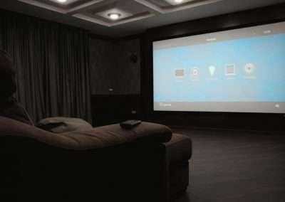 Основа кинозала - большой экран и простое управление